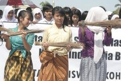 Acción anticorrupción de la escoba de tres colegialas Foto de archivo