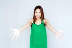 acción asiática de la muchacha con la habitación verde del delantal Imagen de archivo