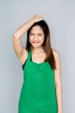 acción asiática de la muchacha con la habitación verde del delantal Fotografía de archivo