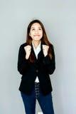acción asiática de la sonrisa del claro de la muchacha con la habitación negra Foto de archivo libre de regalías