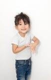 acción asiática de la sonrisa del claro de la muchacha con la habitación negra Fotos de archivo libres de regalías