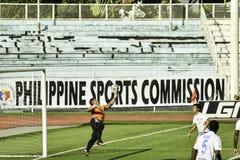 Acción cerca de la red Kaya de la meta contra sementales - el fútbol de Manila unió la liga Filipinas Fotografía de archivo
