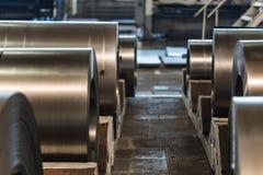 Acción con los rollos del acero de hoja en planta industrial Fotografía de archivo libre de regalías