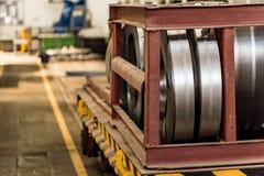 Acción con los rollos del acero de hoja en planta industrial Fotos de archivo libres de regalías