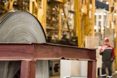 Acción con los rollos del acero de hoja en planta industrial Imagen de archivo libre de regalías