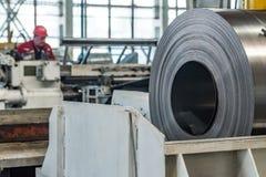Acción con los rollos del acero de hoja en planta industrial Foto de archivo