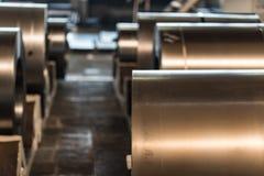 Acción con los rollos del acero de hoja en planta industrial Imágenes de archivo libres de regalías