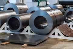 Acción con los rollos del acero de hoja en planta industrial Imagen de archivo