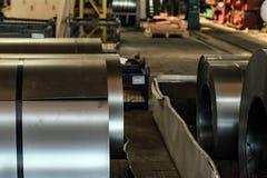 Acción con los rollos del acero de hoja en planta industrial Imagenes de archivo