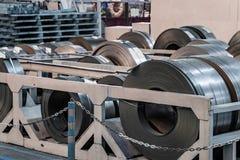 Acción con los rollos del acero de hoja en planta industrial Fotografía de archivo