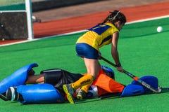 Acción de defensa del portero de las muchachas del hockey Foto de archivo libre de regalías