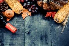 Acción de gracias en la estación del otoño en el fondo de madera Foto de archivo libre de regalías