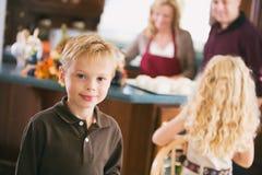 Acción de gracias: Esperas del muchacho mientras que se prepara la cena Imágenes de archivo libres de regalías
