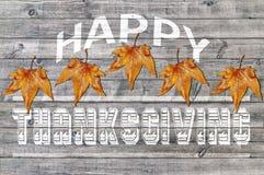 Acción de gracias feliz blanca en fondo de madera con la hoja marrón Foto de archivo libre de regalías