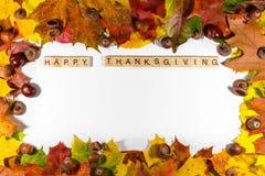 Acción de gracias feliz en el fondo blanco con las hojas de otoño Copie el espacio para el texto Fotografía de archivo