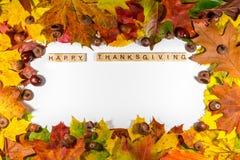 Acción de gracias feliz en el fondo blanco con las hojas de otoño Copie el espacio para el texto Imagenes de archivo