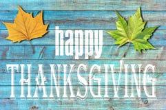 Acción de gracias feliz en fondo de madera azul Imagen de archivo libre de regalías
