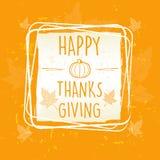 Acción de gracias feliz en marco con la calabaza y las hojas sobre naranja Imagenes de archivo