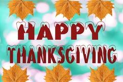 Acción de gracias feliz escrita en fondo borroso con la hoja Fotos de archivo libres de regalías