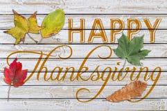 Acción de gracias feliz escrita en la tabla de madera blanca Fotos de archivo libres de regalías