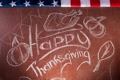 Acción de gracias feliz, escrita en la tiza blanca en una pizarra, Foto de archivo libre de regalías