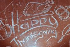 Acción de gracias feliz, escrita en la tiza blanca en una pizarra, Foto de archivo