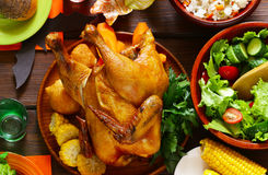 ¡Acción de gracias feliz! Tabla festiva con el pollo cocido Fotografía de archivo libre de regalías