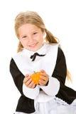 Acción de gracias: Muchacha del peregrino que sostiene la pequeña calabaza Imagen de archivo libre de regalías