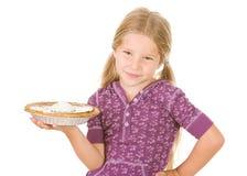 Acción de gracias: Pastel de calabaza listo para servir sonriente de la muchacha Fotografía de archivo