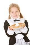 Acción de gracias: Peregrino de la muchacha que sostiene el pastel de calabaza Fotos de archivo libres de regalías