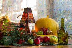Acción de gracias - un día de fiesta de la familia, aún vida con las verduras y Imagenes de archivo