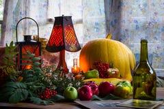 Acción de gracias - un día de fiesta de la familia, aún vida con las verduras y Fotos de archivo