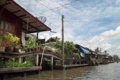 Acción de ida y vuelta Tailandia julio de 2017 - mercado de la natación del viaje del barco en presa Fotografía de archivo
