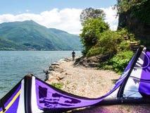 Acción de Kitesurfing en el lago Imagen de archivo