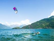 Acción de Kitesurfing en el lago Fotos de archivo libres de regalías