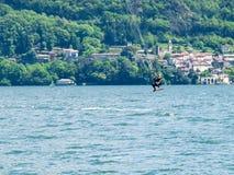 Acción de Kitesurfing en el lago Fotos de archivo