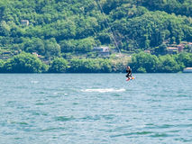 Acción de Kitesurfing en el lago Foto de archivo libre de regalías