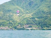 Acción de Kitesurfing en el lago Imagenes de archivo