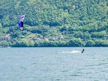 Acción de Kitesurfing en el lago Foto de archivo