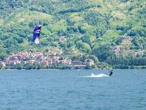 Acción de Kitesurfing en el lago Imagen de archivo libre de regalías