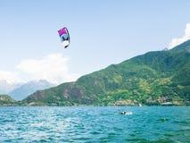 Acción de Kitesurfing en el lago Imágenes de archivo libres de regalías