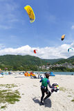 Acción de Kitesurfing en el lago Preparación, a partir de la playa, navegando en el lago Imagen de archivo libre de regalías