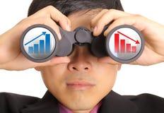Acción de la búsqueda del hombre de negocios a través de los prismáticos imagen de archivo