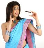 Acción de la chica joven en sari con de la tarjeta de crédito Fotografía de archivo libre de regalías