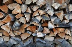 Acción de la leña para el combustible de madera del invierno en pila Foto de archivo