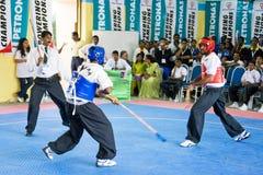 Acción de la lucha del palillo (Silambam) Foto de archivo