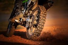 Acción de la motocicleta del enduro en pista de tierra Imagen de archivo
