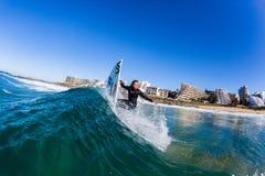 Acción de la onda de agua de la persona que practica surf de la muchacha que practica surf Foto de archivo libre de regalías