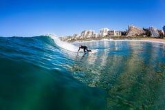 Acción de la onda de agua de la persona que practica surf de la muchacha que practica surf Fotografía de archivo
