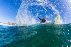 Acción de la onda de agua de la persona que practica surf de la muchacha que practica surf Fotos de archivo libres de regalías